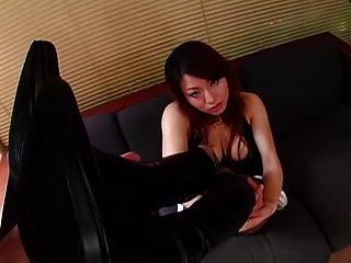 जूते में जापानी लड़की