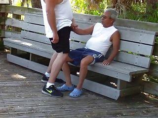 पुराने समलैंगिकों के पास सार्वजनिक पार्क में सेक्स है