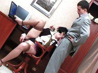 गुदा सचिव के साथ कार्यालय की सफाई गुदा