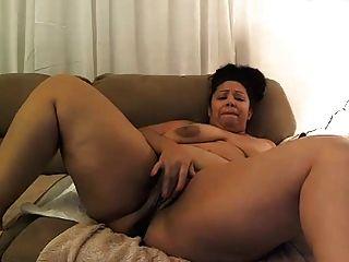 बीबीड बड़े नस्लों के साथ गधे में dildo के साथ खेलता है, उंगलियों स्वयं