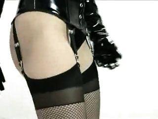 एमिली बूथ लाटेकस फैशन शो
