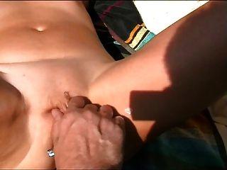 पत्नी समुद्र तट पर दाढ़ी जबकि संभोग सुख हो जाता है