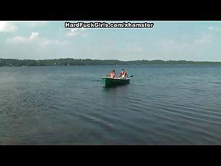 सुनहरे बालों वाली झील पर एक नाव में मुश्किल तीन लड़कों