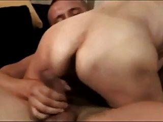 छोटा लड़का कमबख्त saggy स्तन के साथ बालों वाली दादी