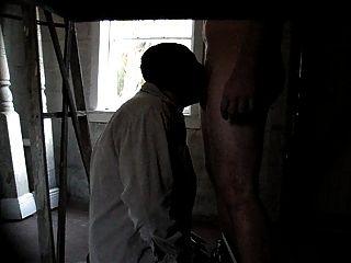 गेराज में 26 साल की उम्र के अकेले आदमी को गहराई से गहरा
