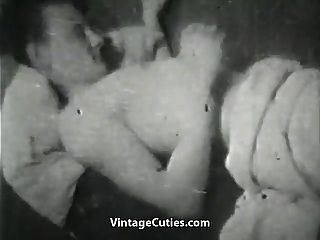 असंतुष्ट पत्नी एक विशाल मुर्गा के साथ खेल रहा है (1 9 50 का विंटेज)
