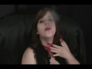 सेक्सी लंबी नाखूनों के साथ हॉट बेब धूम्रपान