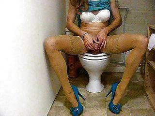 बाथरूम में tranny फूहड़ wanking