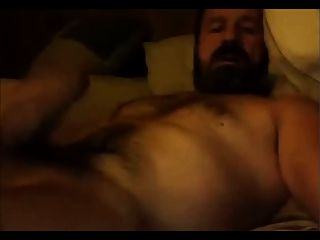 वेब कैमरा पर बालों वाले गर्म डैडी भालू जो