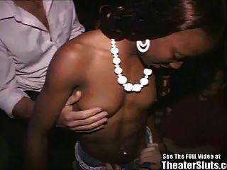 पोर्न थियेटर में तबाह हुआ स्पोर्टी काली लड़की!