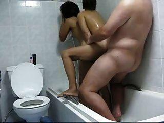 स्नानघर में 2 थाई वेश्यांए वाले आदमी