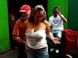 गंदी बूढ़े आदमी गर्म महिला के साथ एक मजेदार शराब खेल खेल