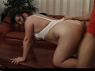 तबेला में नग्न परिपक्व श्यामला fucks