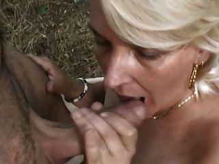 गोरा परिपक्व महिला जंगल में