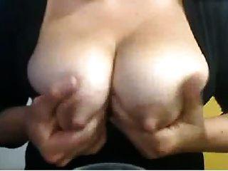 स्तनपान कराने वाली सांप्रदायिक लड़की पर बड़े निपल्स जो बेकार है और थूकते हैं
