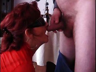 परिपक्व महिला blowjob देता है