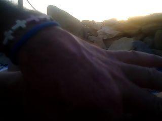 सूर्यास्त पर समुद्र तट पर मेरे लिए एक handjob