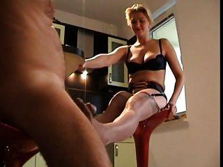 सेक्सी महिला के साथ footjob