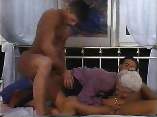 2 पुरुषों और नानी के लिए एक डबल प्रवेश
