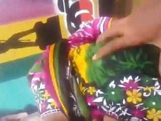 तमिल लड़की आउटडोर स्तन प्रेस