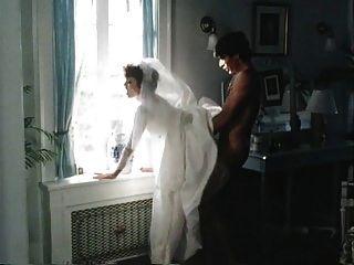 शादी के केक से पहले सांप को खिलाना