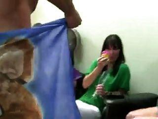 सींग का जन्मदिन की पार्टी की लड़कियों को कुछ मुर्गा मिलता है