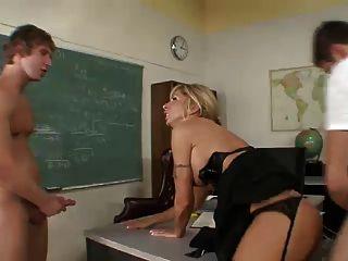 प्रोफेसर 2 छात्रों पर ले जाता है