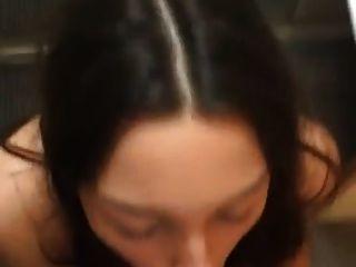 सुंदर श्यामला चेहरे का एक बड़ा सफेद डिक हो जाता है
