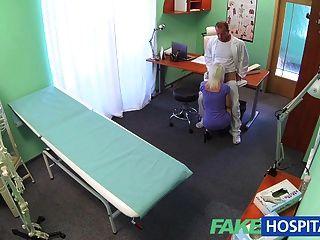 fakehospital सेक्सी सींग का गोरा milf चाहता है कि डॉक्टर अंदर सह