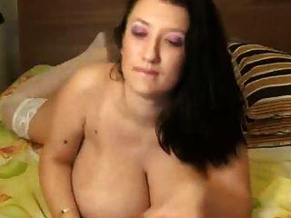 बड़े स्तनों को लड़की पर फैल गया