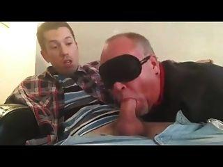 युवा लड़के को बूढ़े द्वारा चूसा