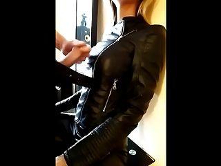 चमड़ा जैकेट में गोरा में cumshot