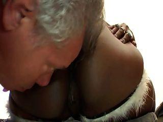 busty आबनूस dominatrix 4