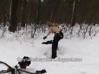 गर्म लड़की नग्न बर्फ में