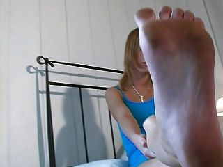 उसके पैर दास के साथ धमाकेदार जर्मन लड़की