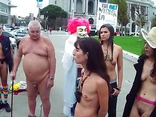 सार्वजनिक रूप से नग्न में छोटे खाली saggy स्तन के साथ बालों वाली महिला