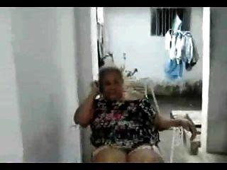 लैटिना कोई नग्न दादी