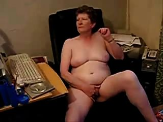 बूढ़ी औरत पूरी तरह नग्न masturbating