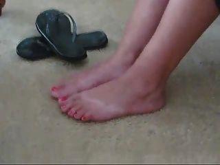 फ्लिप फ्लॉप और नंगे में सुंदर लैटिना पैर