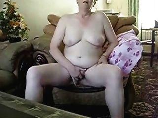 पति के सामने masturbating busty दादी