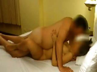 त्रिगुट में गर्म पत्नी