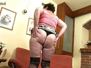 सोफे पर मोटा असली दादी छूत