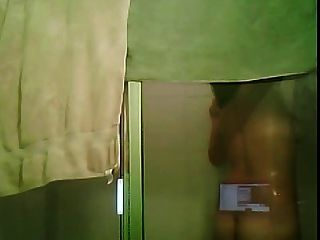 शॉवर के नीचे पागल अजीब सींग लड़की