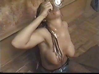 dreadlocks के साथ गोरा एक कप सह सह पीता है
