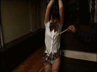 स्कूल लड़की बंधा रही और ब्रश से चिढ़ी हुई