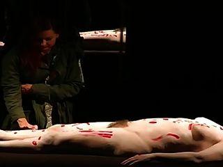 थिएटर में नग्न एक बालों वाली महिला