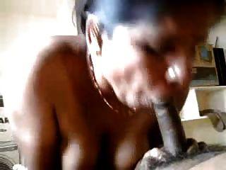 सेक्सी भारतीय चाची हाथ और उसके साथी को blowjob कर रही है