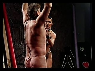 आदमी चमड़े में सींग लड़की द्वारा दंडित किया जाता है