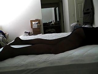 काले पैन्टीज़ में बिस्तर पर चढ़ना ...