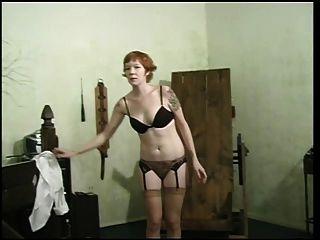 ब्लैक अधोवस्त्र में सुंदर वेश्या बीडीएसएम के लिए तैयार हो रही है